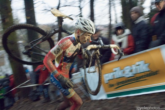 Kevin Pauwels runs through the mud. Photo: Balint.